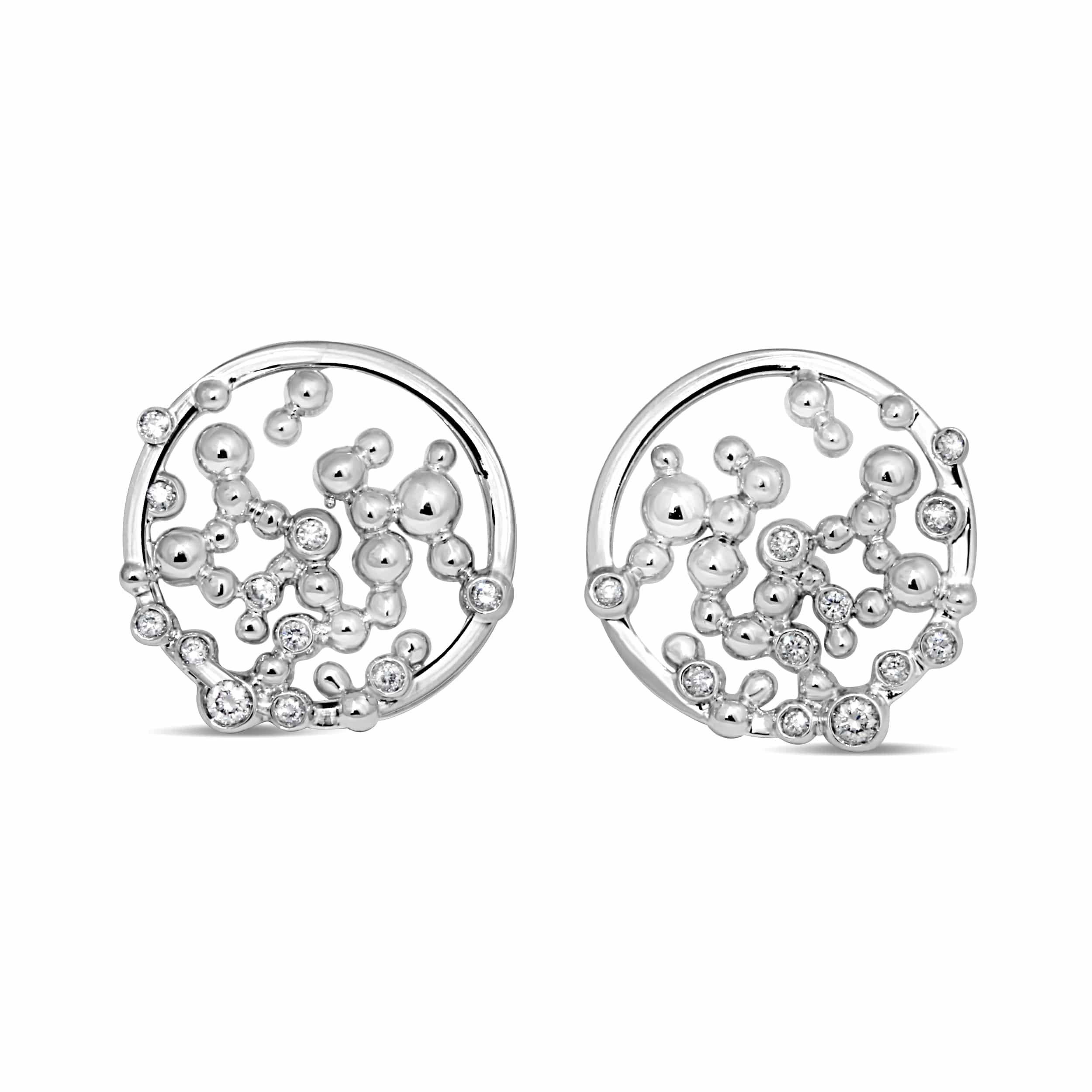 Paire de boucles d'oreilles en argent serties de cubics zirconiums. Motifs ajourés. Orligne Genève