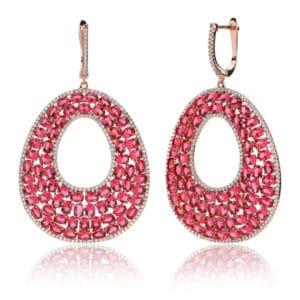 Boucles d'oreilles en argent 925/1000 doré rose, serties de cubics zirconiums rouges-rosé. Longueur totale environ 62 mm. Motif articulé Orligne Genève E1233RWP