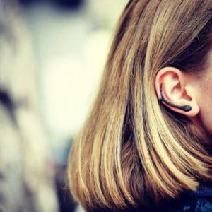 Boucles d'oreilles Marylin en argent rhodié noir 925, serties de cubics zirconiums noirs et rouges (yeux). Serpent. Orligne Genève E1160WWKHA