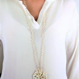 Collier-sautoir argent 925 doré. Sautoir avec des quartz blanc et pendentif corne blanc découpé. Fermoir mousqueton. Orligne Genève