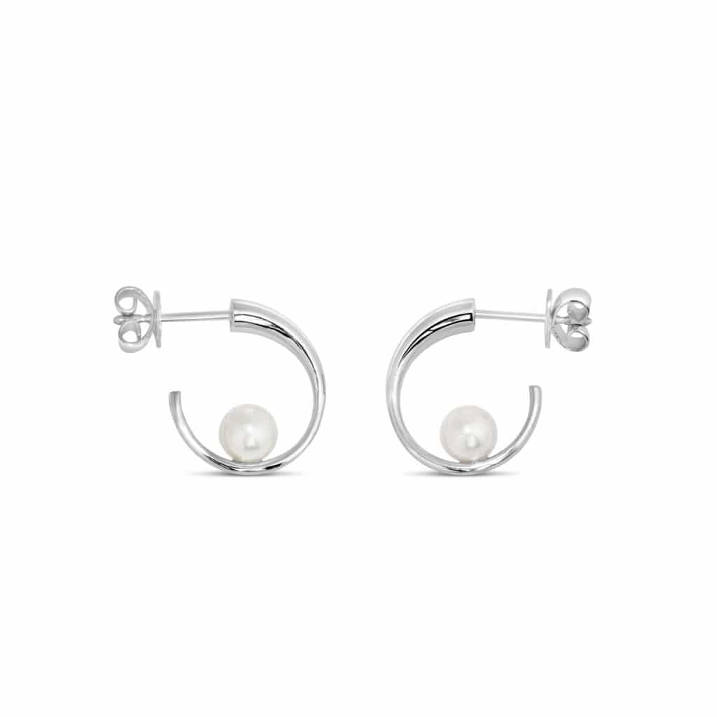 Boucles d'oreilles en argent 925 et perle synthétique. Orligne Genève