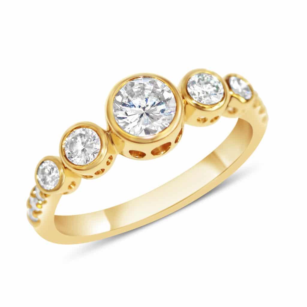 Bague en or jaune 18k sertie de diamants blancs serti clos sur mesure créations Orligne Genève.
