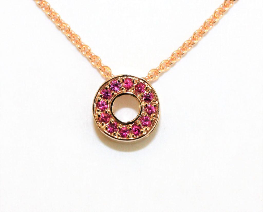 Collier en argent 925 rhodié rose pendentaif à motif rond serti de cubics zirconiums roses. Orligne Genève