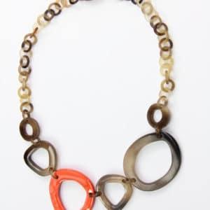 Collier en corne beige-brun avec 1 élément laqué blanc. Eléments du centre environ 4 à 5 cm, éléments de la « chaîne » environ 12 mm de diamètre. Longueur ajustable jusqu'à 49 cm. Orligne Genève LQN24 SOY-1