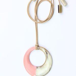 Collier Sautoir avec motif rond en corne beige-blanc et laque rose. Environ 7,5 cm de diamètre monté sur un cordon beige ajustable en longueur jusqu'à 110 cm. Orligne Genève SBP186 SOY-1-1