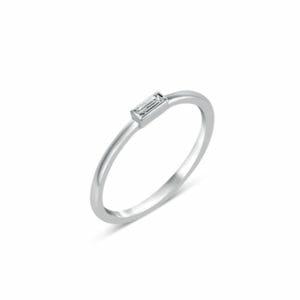 Bague Iris en or blanc 750/1000, solitaire diamant baguette serti clos. Orligne Genève R4312WG-IND